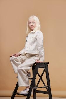 Ritratto di modella piccola, ragazzina con deviazioni anomale