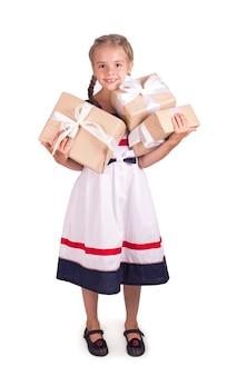 Ritratto del contenitore di regalo della tenuta della bambina isolato.