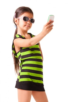 Ritratto di una bambina in occhiali da sole e vestiti a strisce