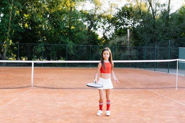 Ritratto di una bambina sul campo da tennis