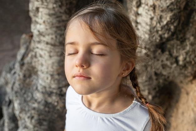 Bambina del ritratto con gli occhi chiusi