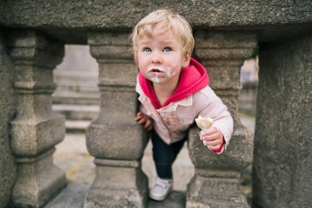 Ritratto di bambina con gelato