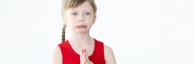 Ritratto di bambina offesa con gli occhi azzurri. risentimento infantile e concetto di manipolazione degli adulti