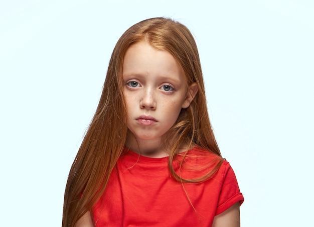 Ritratto di una bambina dai capelli rossi