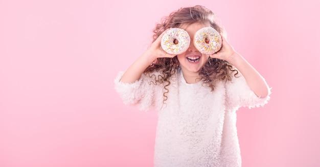 Ritratto di una bambina sorridente con ciambelle