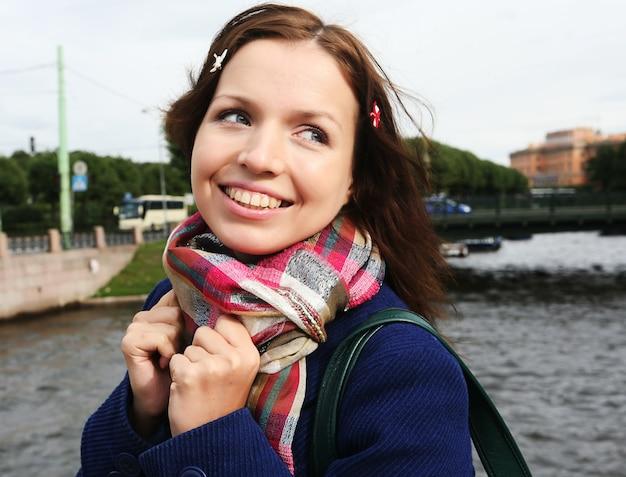 Ritratto di una giovane donna sola all'aperto sul ponte