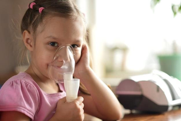 Ritratto di una bambina adorabile con inalatore