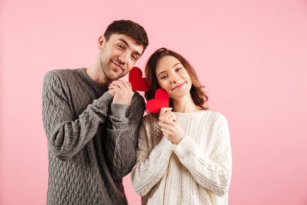 Il ritratto delle coppie amorose adorabili si è vestito in maglioni