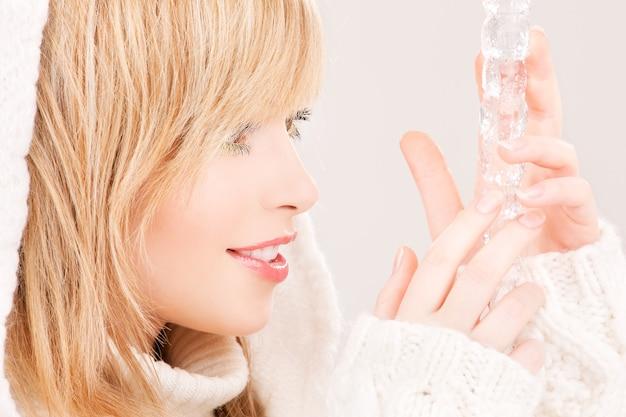 Ritratto di una bella ragazza adolescente con ghiacciolo