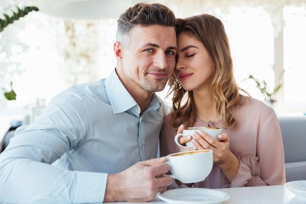 Ritratto di una giovane coppia adorabile che beve caffè