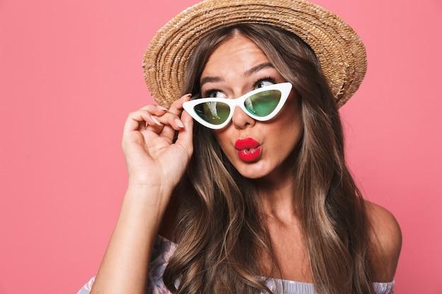 Ritratto di una giovane donna adorabile in abiti estivi