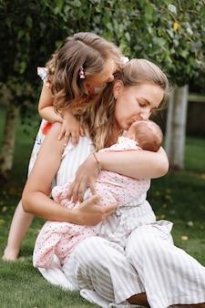 Ritratto di madre amorevole e due bambini adorabili