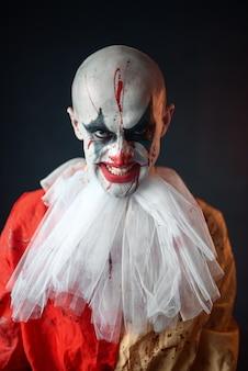 Ritratto di pagliaccio insanguinato pazzo, faccia nel sangue