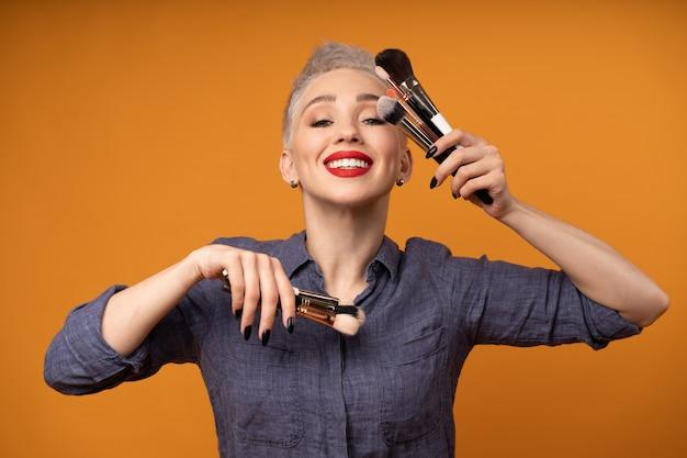 Ritratto di un truccatore con i pennelli