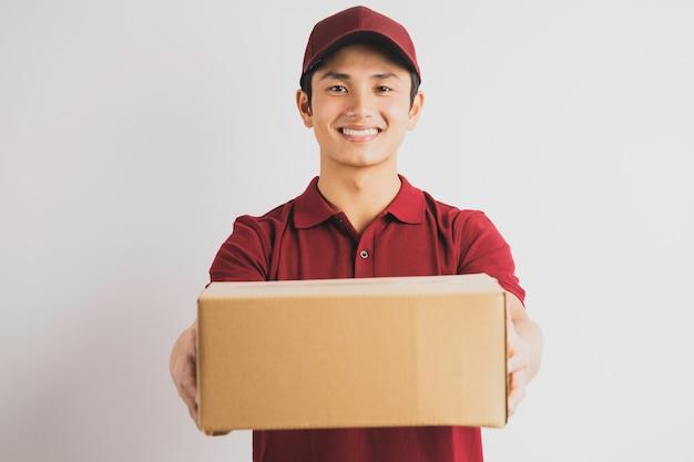 Ritratto di un uomo di consegna maschio che tiene una scatola di carico