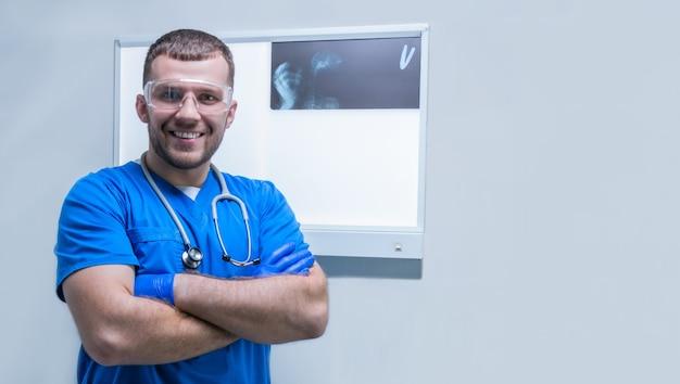 Ritratto di un medico maschio sullo sfondo di un negatoscopio