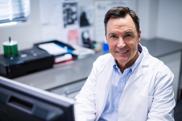 Ritratto di medico maschio