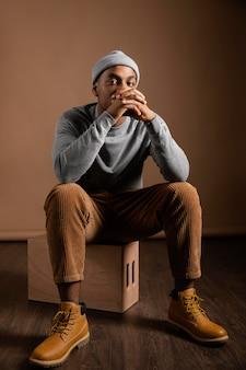Ritratto maschio che indossa la seduta del cappuccio