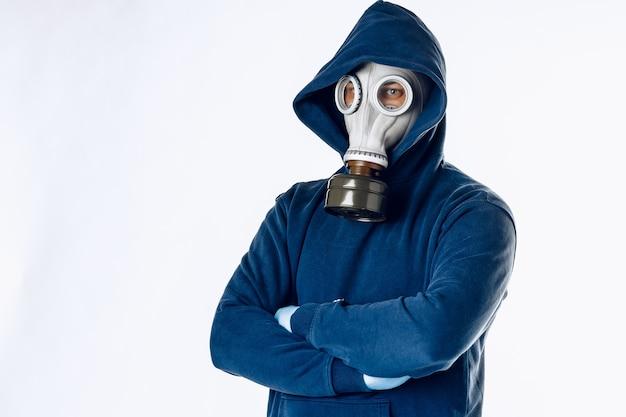 Ritratto di un uomo in una maschera antigas. panico durante la quarantena. concetto di pandemia di coronavirus