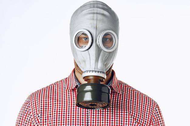 Ritratto di un uomo in una maschera antigas. panico durante la quarantena. pandemia da coronavirus