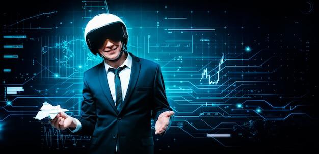 Ritratto di un uomo in un casco in piedi sullo sfondo di un ologramma futuristico. idea di design.