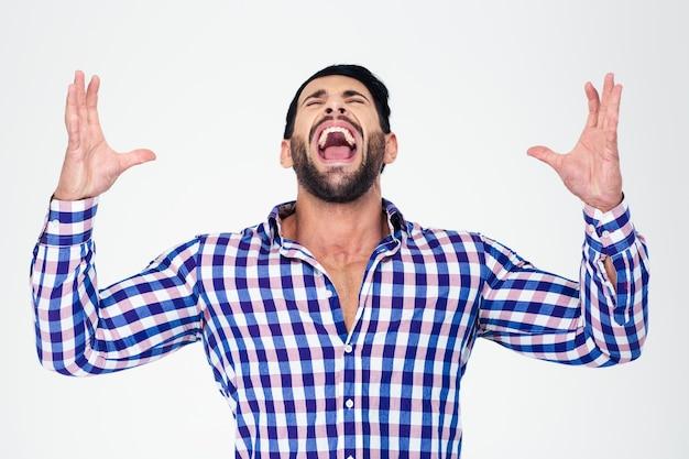 Ritratto di un uomo che grida isolato su un muro bianco