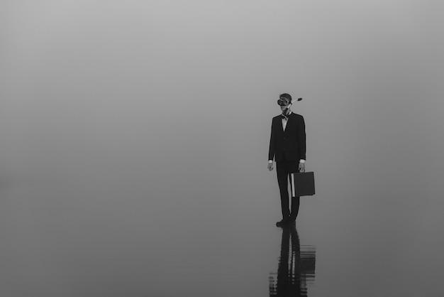 Ritratto di un uomo una spia di agente segreto in un vestito e una maschera da sub con una valigia
