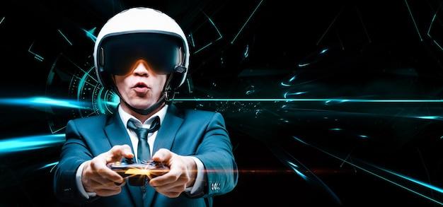 Ritratto di un uomo in giacca e casco di un pilota con un joystic