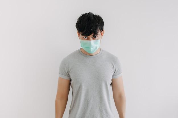 Ritratto di uomo indossare maschera isolato su sfondo bianco