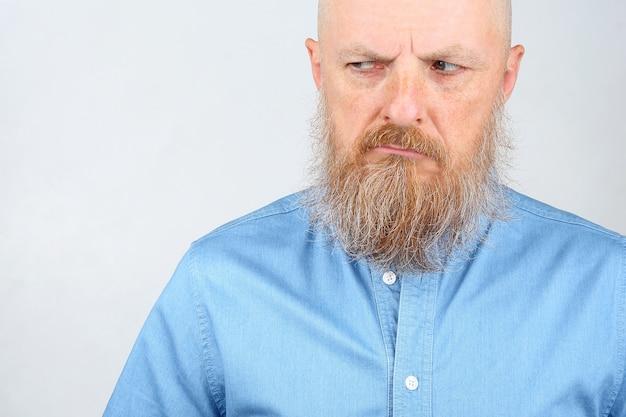 Ritratto di un uomo con la barba che sembra infelice