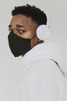 Ritratto di uomo con maschera e cuffie