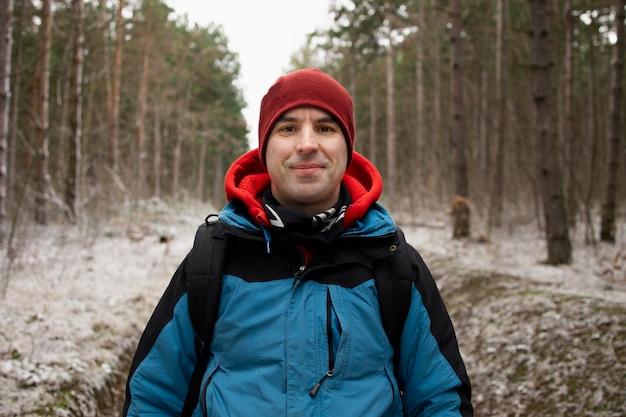 Ritratto di un uomo con un abbigliamento da escursionisti nel bosco