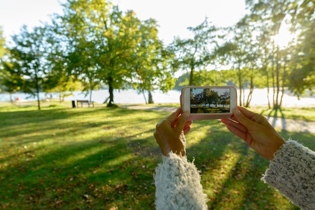 Ritratto di bella donna scandinava matura al parco nella natura all'aperto