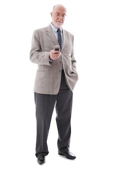Ritratto di uomo d'affari maturo con il cellulare isolato su sfondo bianco