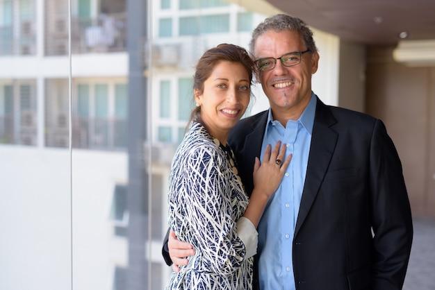 Ritratto di uomo d'affari maturo e bella donna d'affari insieme