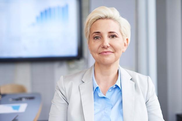 Ritratto di donna d'affari matura al lavoro