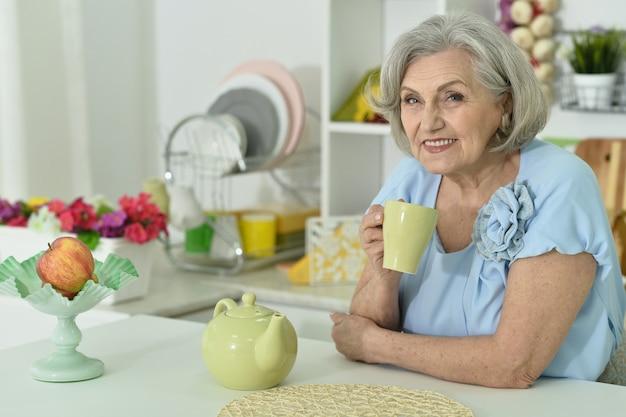 Ritratto di una donna matura che beve il tè