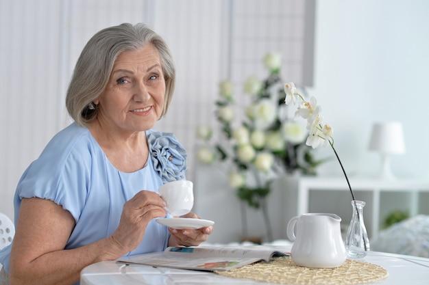 Ritratto di donna matura con caffè a casa