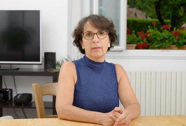 Ritratto di una donna matura con gli occhiali