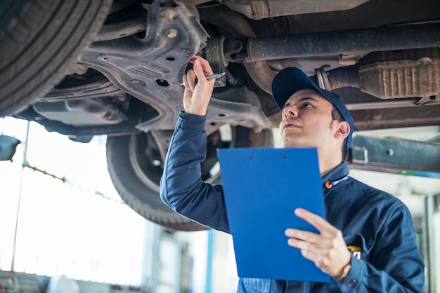 Ritratto di un meccanico al lavoro nel suo garage