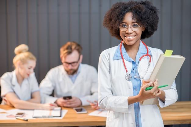 Ritratto di un professore di medicina con un gruppo di studenti sullo sfondo in classe