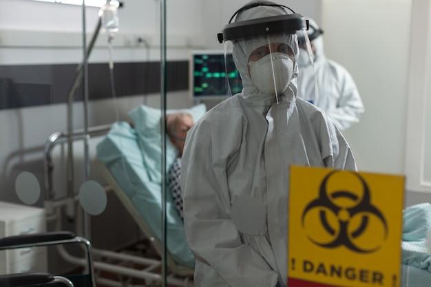 Ritratto di un'infermiera vestita con una tuta da pipì