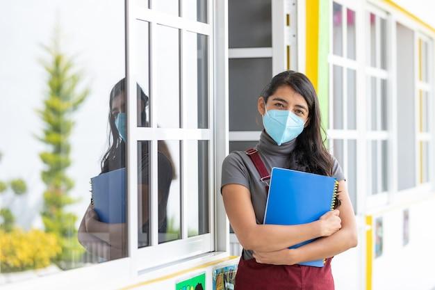 Ritratto di un insegnante messicano che indossa una maschera facciale dopo la pandemia di coronavirus