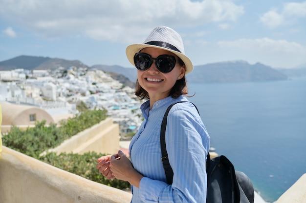 Ritratto di donna di mezza età che viaggia in crociera di lusso nel mediterraneo