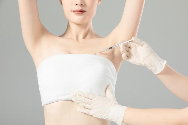 Modelli di ritratto che si prendono cura del seno