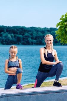 Ritratto di madre e bambino in abiti sportivi