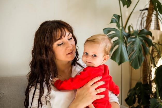 Ritratto di una madre e una figlia in una stanza a casa