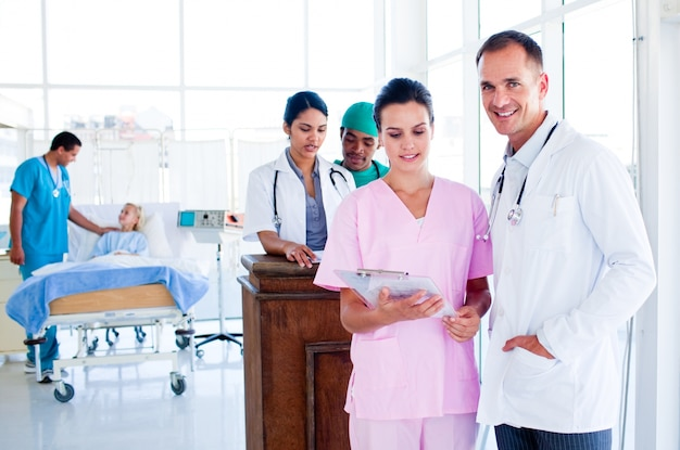 Ritratto di un'équipe medica multietnica al lavoro