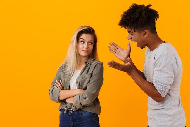 Ritratto di una coppia multietnica in piedi