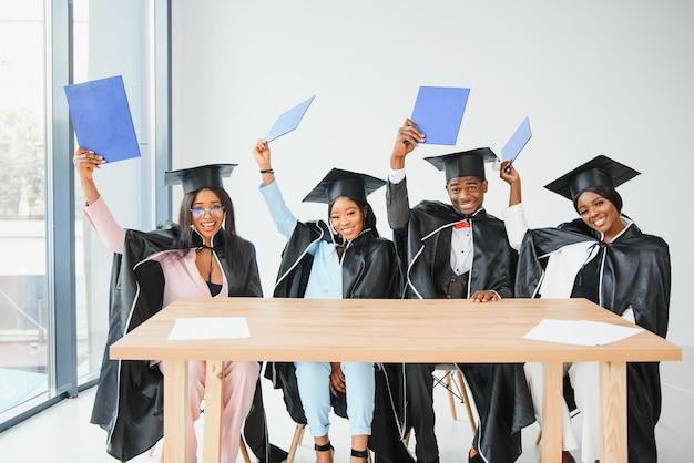 Ritratto di laureati multirazziali in possesso di diploma